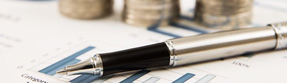 pen met berekening en geldbedrag